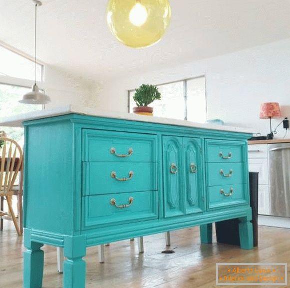 Idea per la cucina: un\'isola cucina di vecchi mobili