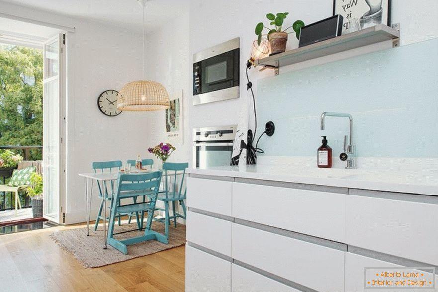 Interno di una piccola cucina in stile nordico: regole di