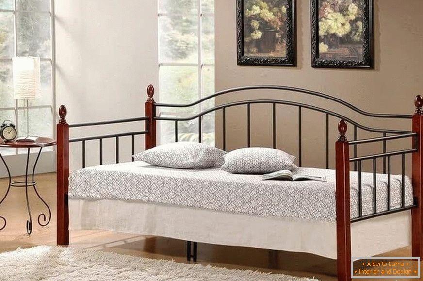 Interno di una camera da letto con un divano al posto del