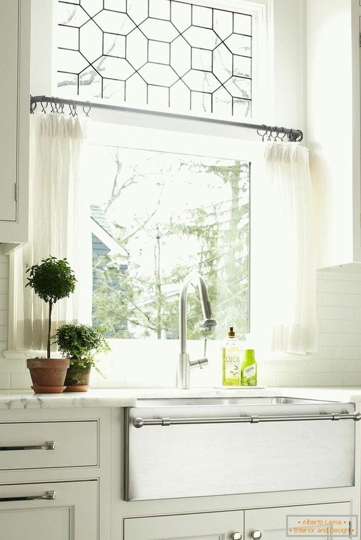Cucina con una finestra - 70 foto di idee insolite come fare