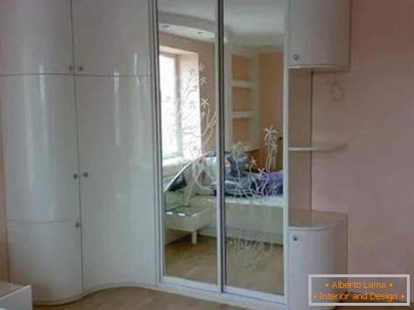 Scompartimento dell\'armadio dell\'angolo nella camera da